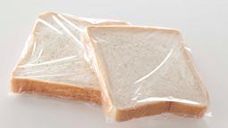 ラップに包んで食パンを冷凍